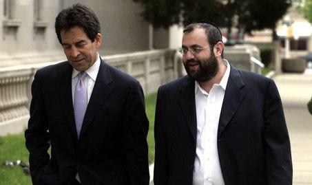 Fiul rabinului Dwek, dreapta, cu avocatul sau